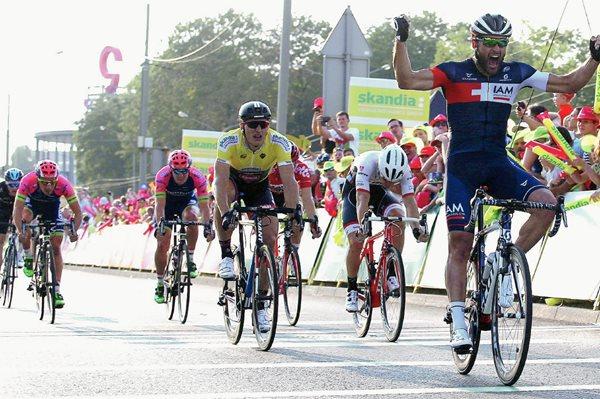 El italiano Matteo Pelucchi —derecha— del IAM se impone en la segunda etapa de la Vuelta a Polonia entre las localidades de Czestochowa y Dabrowa Gornicza de 146 kilómetros. (Foto Prensa Libre: EFE)