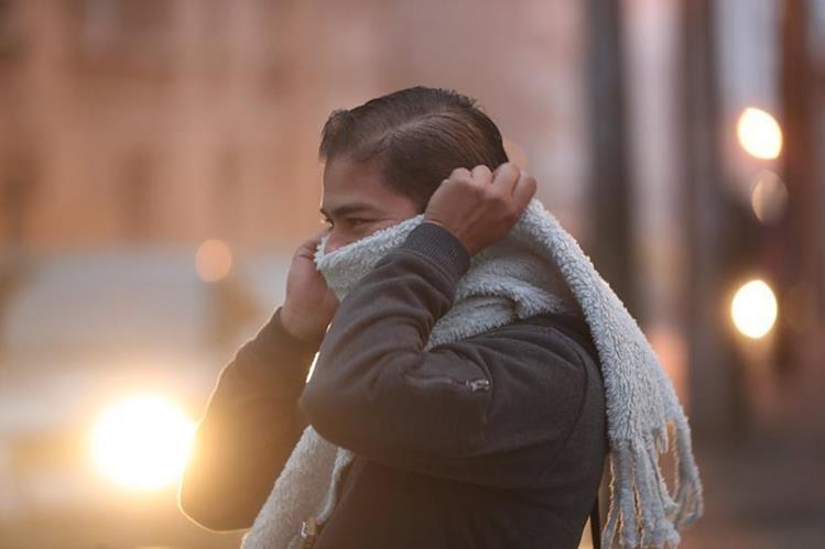 Expertos recomiendan a las personas permanecer abrigadas por las bajas temperaturas que afectarán al país. (Foto Prensa Libre: Hemeroteca PL)