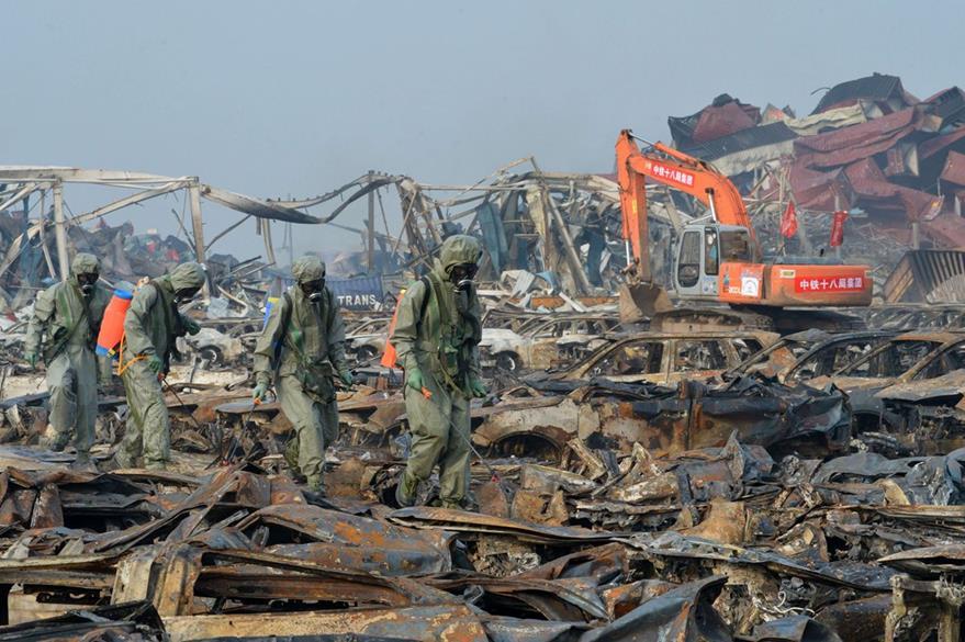 Militares chinos participan en las labores de limpieza de escombros en la zona portuaria de Tianjin. (Foto Prensa Libre: AFP).