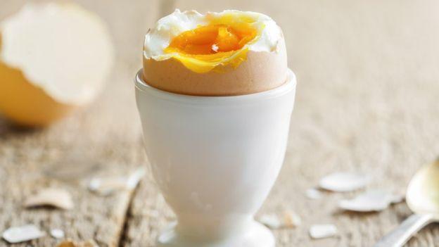 Los bebés menores de cuatro meses no deben comer huevo.(Derkien/Getty).