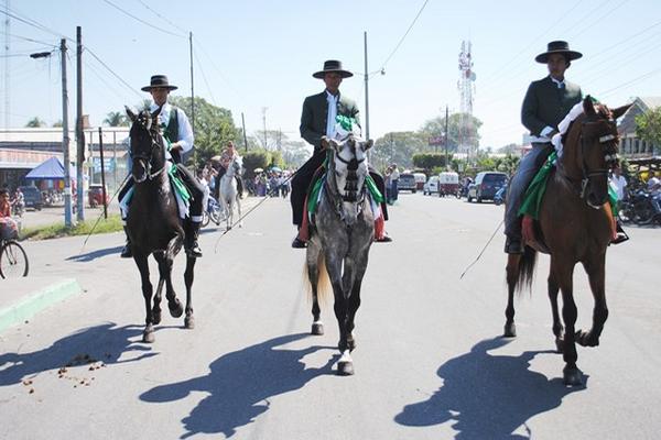"""<p>Pobladores de Tiquisate presenciaron el desfile hípico como parte de la feria titular de ese municipio. (Foto Prensa Libre: Felipe Guzmán)<br _mce_bogus=""""1""""></p>"""