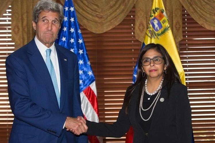 John Kerry, secretario de Estado de EE. UU. saluda a la canciller venezolana, Delcy Rodríguez. (Foto Prensa Libre: AFP).