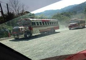 Dos de los buses que fueron vistos por pilotos en Alta Verapaz. (Foto Prensa Libre: Eduardo Sam)