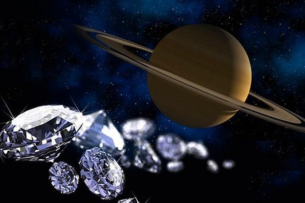 <p>Astrónomos opinan que las capas inferiores de la atmósfera de Júpiter y Saturno pueden contener enormes diamantes, mientras en sus capas superiores pueden llover diamantes.</p>