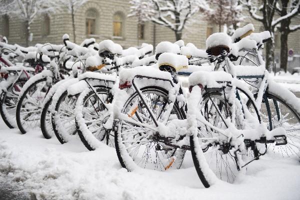 Varias bicicletas están bajo la nieve  en Berna, Suiza. (AP).
