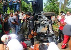 En el kilómetro 182 de la ruta quedó accidentado el picop que causó la muerte de dos personas. (Foto Prensa Libre: Rolando Miranda)