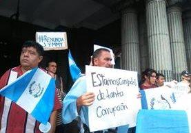 Los guatemaltecos salieron a la calle para rechazar el paquete de impuestos propuestos por el presidente Jimmy Morales. (Foto Prensa Libre: Estuardo Paredes)