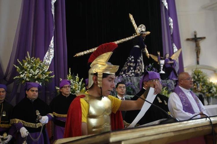 Como en la procesión de Domingo de Ramos, un romano lee la sentencia de Jesús.