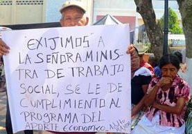 Ancianos de San Andrés Villa Seca, Retalhuleu, exigen al Estado cumplir con la Ley de la tercera edad. (Foto Prensa Libre: Rolando Miranda)
