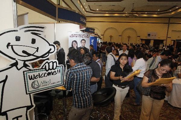 <p>Más de mil 500 personas acudieron desde temprana hora de este lunes,  para llenar papelería y así afianzar una de las mil 349 oportunidades  que se ofrecen en la Feria del Empleo que organiza la Cámara de Comercio  Guatemalteco Americana (AmCham). (foto Prensa Libre: Óscar Rivas)<br></p>