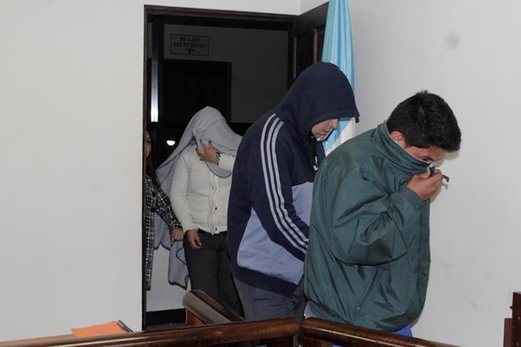 Señalados de actos anómalos en el IGSS ingresan al Juzgado de Turno de Primera Instancia Penal de Quetzaltenango. (Foto Prensa Libre: María José Longo).