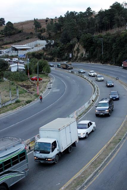 El paso hacia el occidente en Sumpango, Sacaptéquez, fue afectado por el hecho de tránsito. (Foto Prensa Libre: Vícto Chamalé)