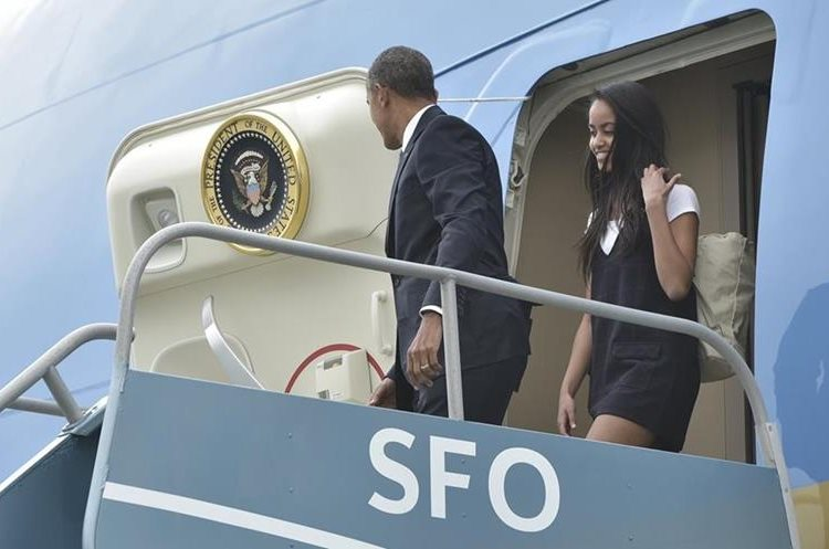 US President Barack Obama steps off Air Force One with daughter Malia upon arrival at San Francisco International Airport in San Francisco on April 8, 2016.  Obama is in San Francisco to take part in a Democratic National Committee roundtable discussion and to attend a Democratic Congressional Campaign Committee fundraiser. / AFP PHOTO / Mandel Ngan