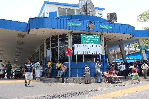<p>Transportistas salvadoreños se quejan por las demoras en las aduanas con Guatemala. (foto Prensa Libre: Archivo)</p>