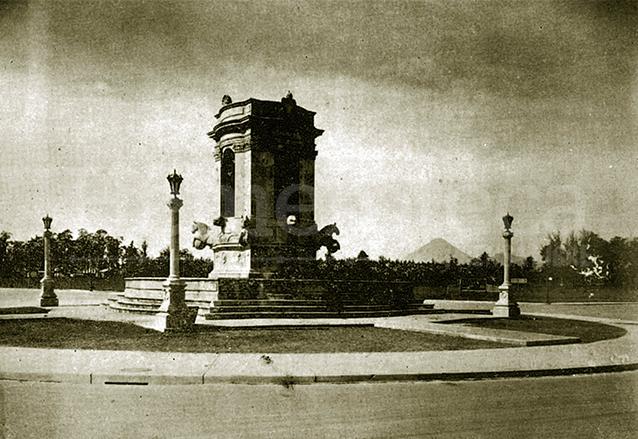 La fuente de Carlos III en la década de 1930 en su actual emplazamiento, hoy conocido como Plazuela España. (Foto: Hemeroteca PL)