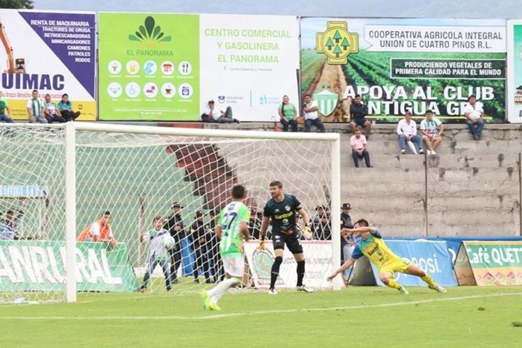 El portero García de Cobán no pudo hacer nada ante la determinación de Contreras y Mena. (Foto Prensa Libre: Renato Melgar)