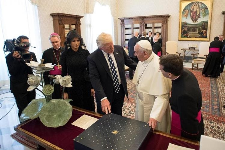 El papa Francisco recibió al presidente estadounidense Donald Trump durante una audiencia privada en el Vaticano. (Foto Prensa Libre: EFE)