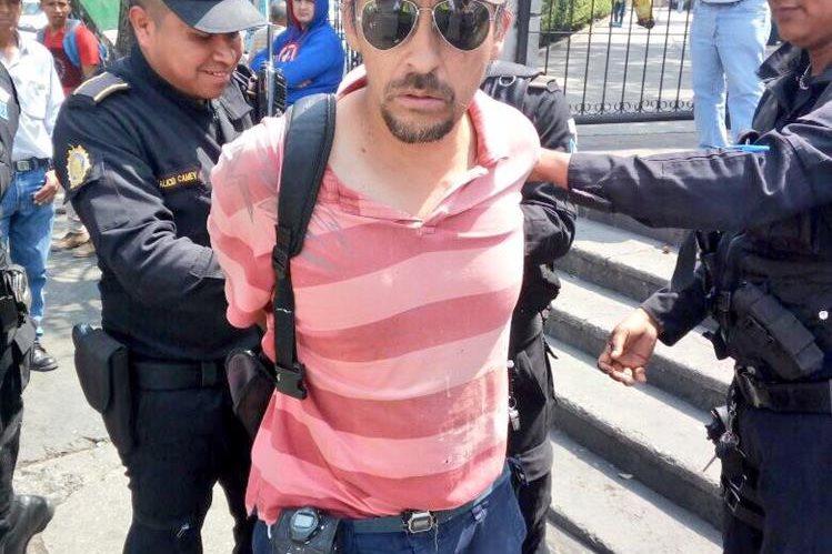 Jorge Ricardo Guzmán de 50 años fue detenido por acusado de agredir a una mujer de 22 años (Foto Prensa Libre: Amilcar Montejo)