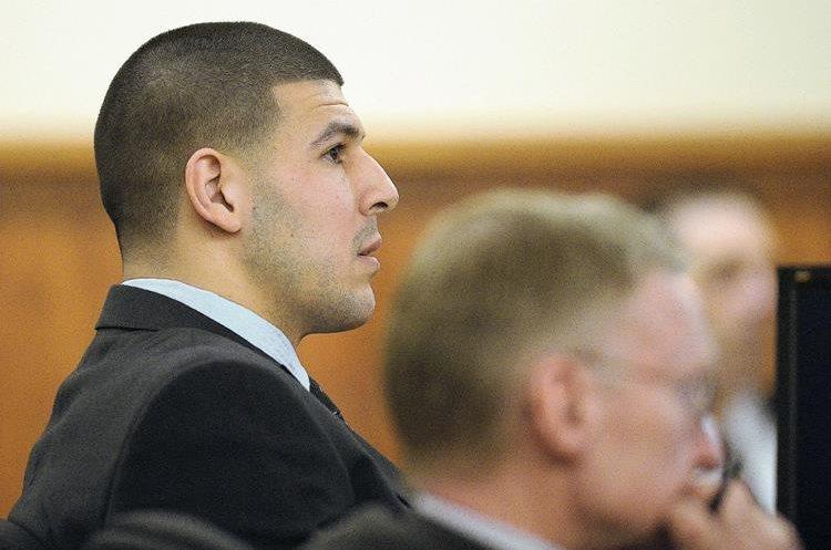 El exjugador de los Patriots Aaron Hernández (i), comparece en su juicio por homicidio. (Foto Prensa Libre: EFE)