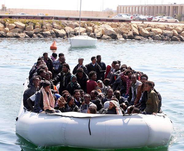 Migrantes socorridos en el Mediterráneo. (Foto Prensa Libre: EFE)