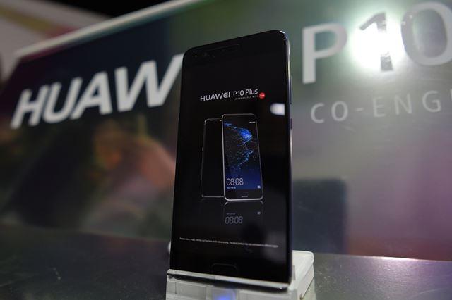 Huawei dio a conocer su smartphone de gama alta P10, que mantiene la esencia del P9, con la doble cámara Leica, pero que presenta un estilo en los bordes más parecido al del iPhone. (Foto Prensa Libre: AFP).
