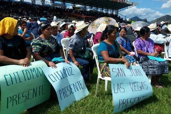 """<p>Afectados por la hidroeléctrica Chixoy, durante la actividad presidencial en el estadio de Rabinal. (Foto Prensa Libre: Carlos Grave) <br _mce_bogus=""""1""""></p>"""