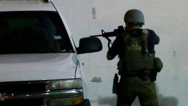 Siete oficiales de policía y dos civiles resultaron heridos en la noche del jueves. AP
