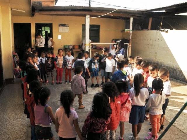 Solo una pared separa el patio de  la escuela de  párvulos de  bares y cantinas, en Cuilapa. (Foto Prensa Libre: Oswaldo Cardona)