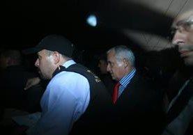 Otto Pérez Molina dentro del vehículo que lo trasladó a la cárcel de la zona 1.(Foto Prensa Libre: Edwin Bercián)