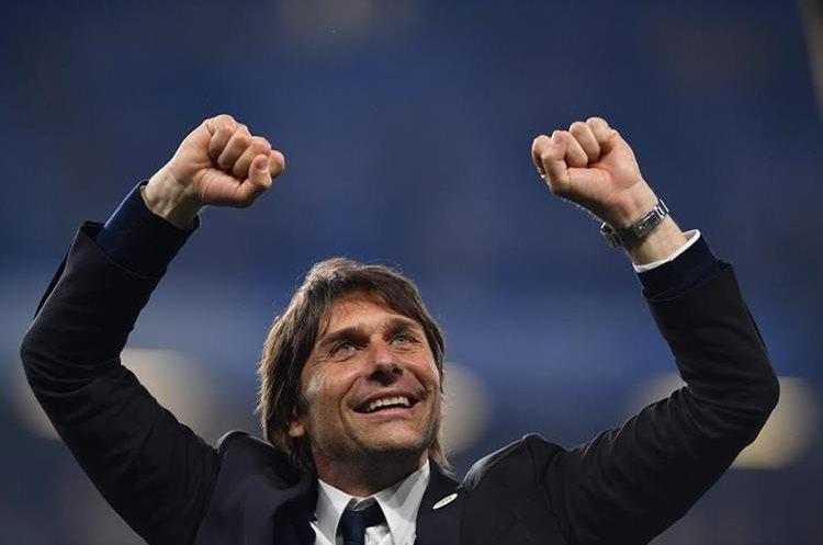 El técnico italiano Antonio Conte celebra su primer título con el Chelsea. (Foto Prensa Libre: AFP)