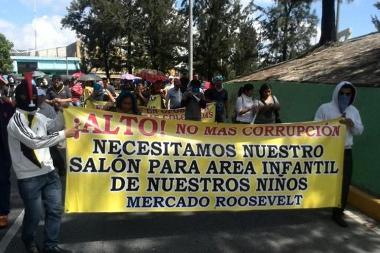 Vendedores del mercado Roosevelt protestan contra la Municipalidad que les quitó el área infantil. (Foto Prensa Libre: É. Ávila)