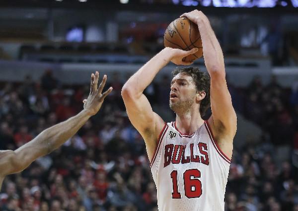 Pau Gasol, de los Bulls de Chicago, en acción. (Foto Prensa Libre: AP)
