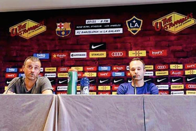 Luis Enrique y Ándres Iniesta en la conferencia de prensa tras su llegada a Los Ángeles. (Foto Prensa Libre: Twitter Barcelona)