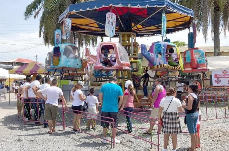 Decenas de niños disfrutan de los juegos mecánicos gratis en la Feria del Niño organizada por la comuna de Morales. (Foto Prensa Libre: Dony Stewart).
