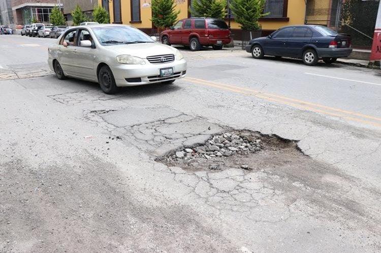 Debido al mal estado de las calles de Xelú los visitantes critican a las autoridades locales. (Foto Prensa Libre: María José Longo)