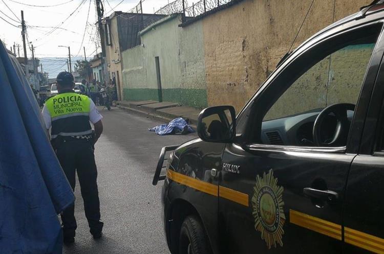 Un hombre murió baleado en la 7 avenida y 6 calle de la zona 1 de Villa Nueva. (Foto Prensa Libre: Estuardo Paredes)