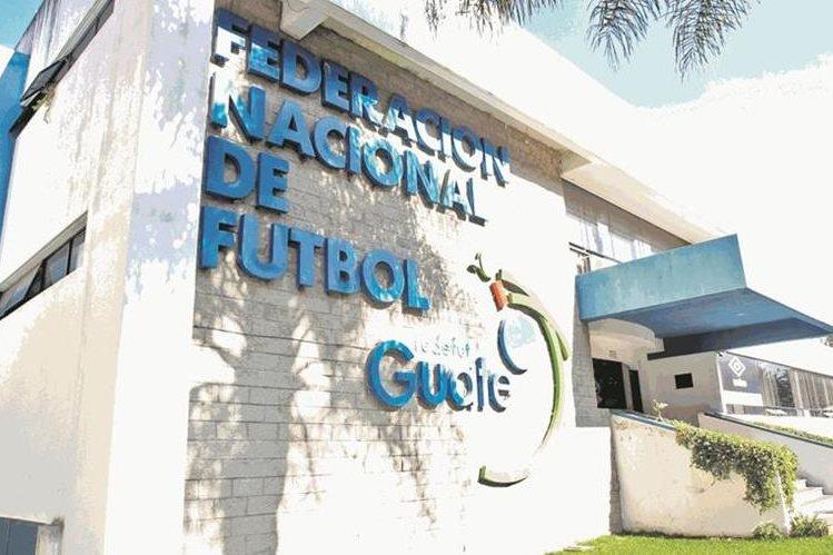 En las decisiones de la CDAG y la Fedefut está la solución para que el futbol de Guatemala vuelva a ser aprobado por Fifa. (Foto Prensa Libre: Hemetoteca PL)