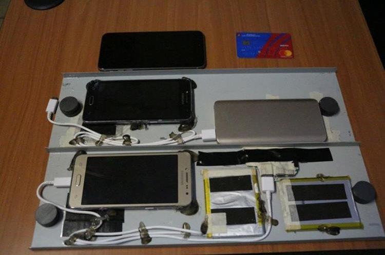 Este es el dispositivo que los delincuentes utilizan para robar información en cajeros automáticos. (Foto Prensa Libre: PNC).