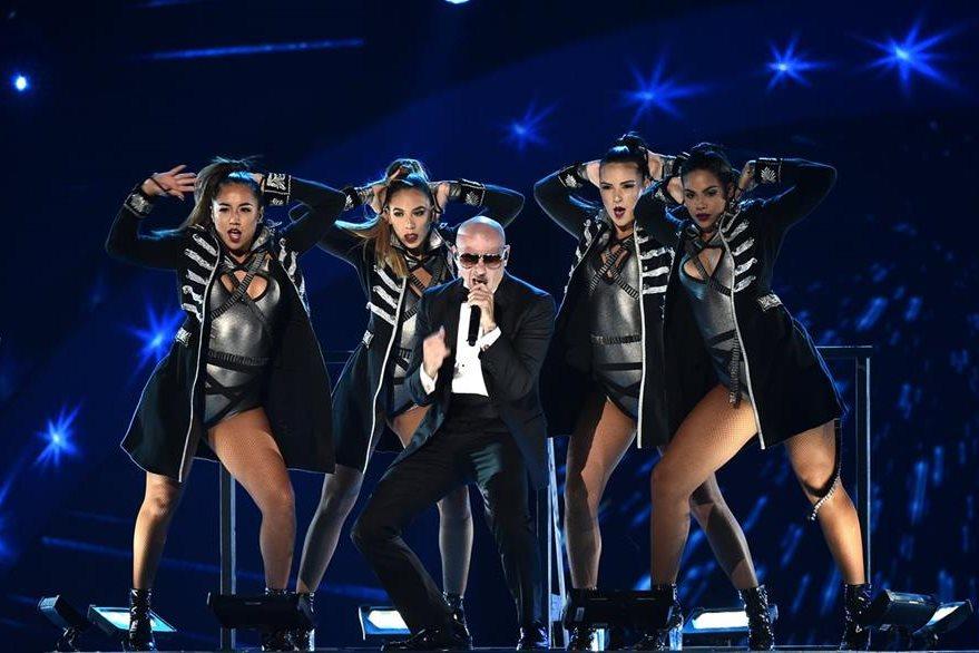 Pitbull fue uno de los primeros en presentarse en los Latin AMA