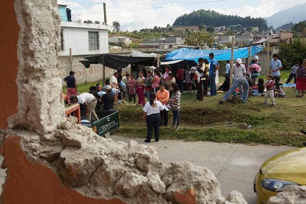 <p>Familias conviven refugiados bajo carpas y nailon. (Foto Prensa Libre: Mynor Toc)</p>