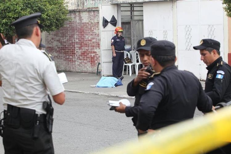 La PNC aisla el área en espera que el MP realice las diligencias y ordene el retiro del cadáver. (Foto Prensa Libre: Érick Avila)