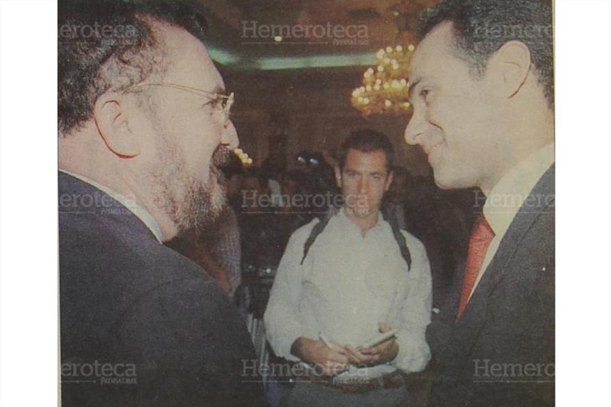 13/11/1998 Ricardo Bueso y Alfredo Guzmán se saludan tras culminar el negocio de la venta de Telgua.  (Foto: Hemeroteca PL)