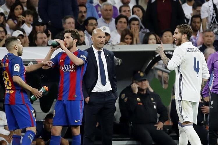 Sergio Ramos se tuvo que ir del partido pero antes dejó un recado especial a Piqué. (Foto Prensa Libre: EFE)