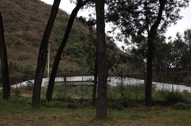 El puente que fue construido sin licencia está valorado en Q5 millones. (Foto Prensa Libre: Julio Sicán)