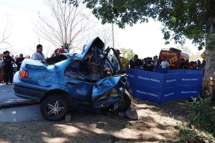 El vehículo colisionó en una ceiba, dijeron los testigos.(Foto Prensa Libre:Hugo Oliva)