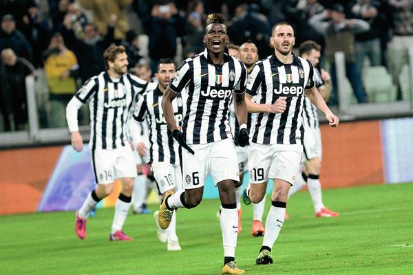 Paul Pogba celebra el gol que le dio la victoria a la Juventus. (Foto Prensa Libre: AP)