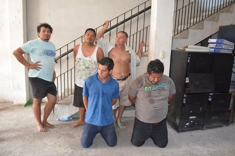 Cinco de los presuntos delincuentes detenidos en Sn Sebastián. (Foto Prensa Libre: Jorge Tizol).