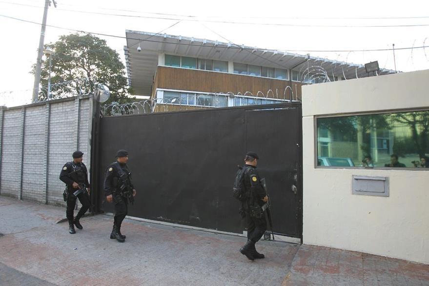 Agentes de la PNC resguardan el perímetro de la Digici, en la zona 4. (Foto Prensa Libre: Esbin García)