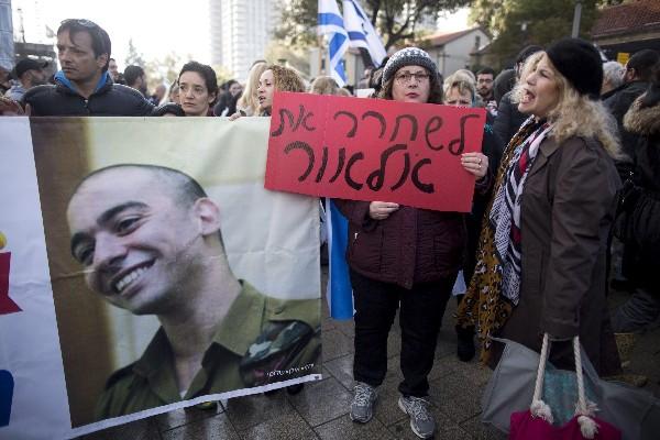 Simpatizantes reaccionan en Tel Aviv tras darse a conocer la sentencia contras Azaría. (EFE).