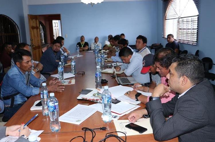 Vecinos de La Soledad, Acatenango, se reunen con alcalde e integrantes de mesa de diálogo, para buscar solución a peticiones de esa comunidad. (Foto Prensa Libre: Víctor Chamalé)